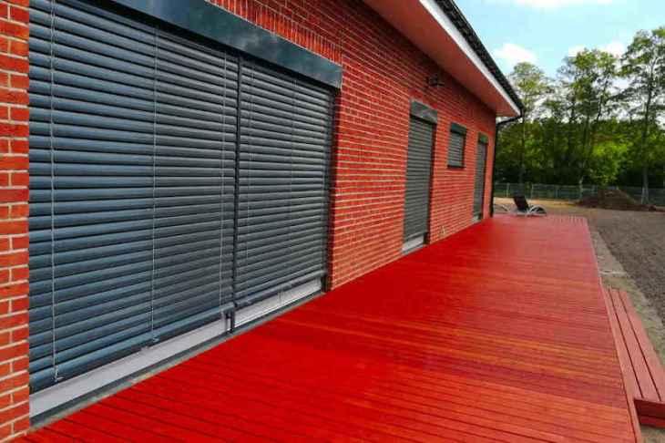 żaluzje fasadowe na tle czerwonej cegły
