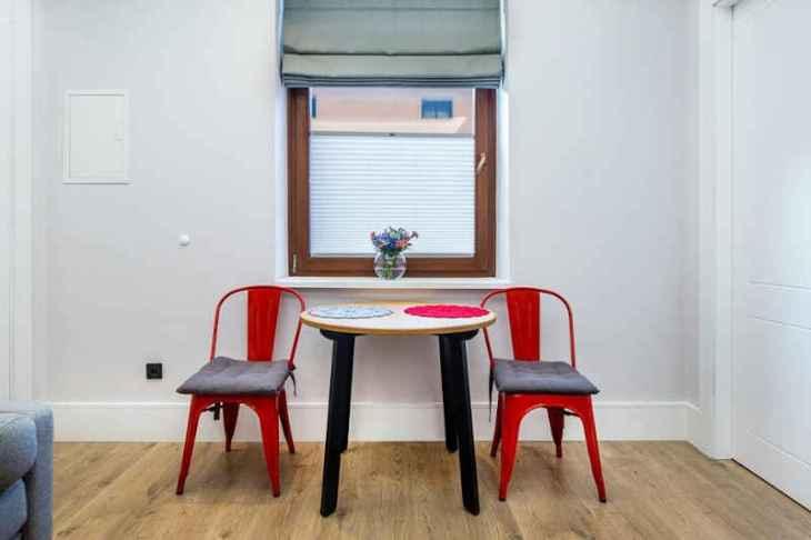 roleta rzymska czerwone krzesła