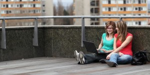 Studierenende bei der Ideenfindung auf der Terasse mit Laptop