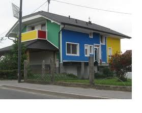 casa verde albastru rosu alb