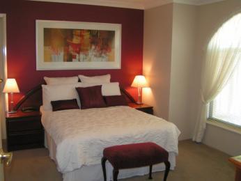 rosu cream dormitor combinatie