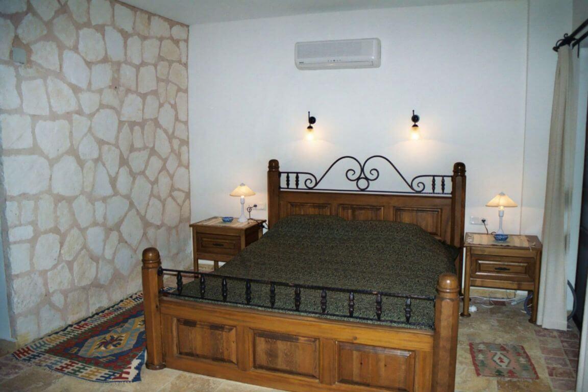 dormitor din piatra placat