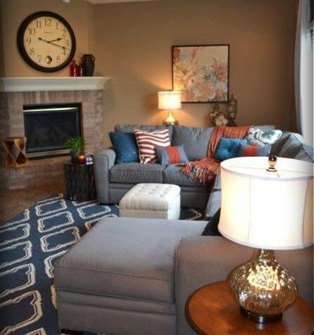 living room maro cu mocheta albastra