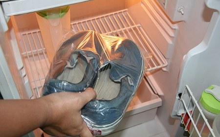 Cara menghilangkan bau sepatu dengan freezer