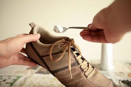 Cara menghilangkan bau sepatu dengan baking soda