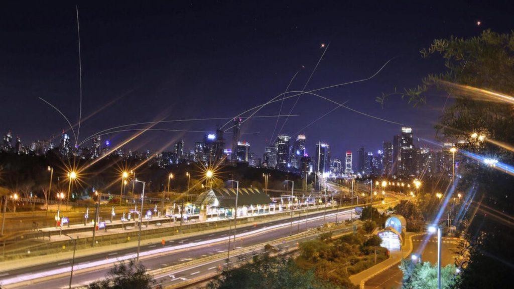 Le Dôme de fer intercepte des roquettes au-dessus de Tel Aviv dans la nuit de samedi à dimanche.