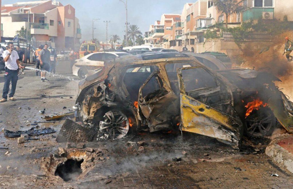 Un tir de roquette sur une voiture à Ashkelon, dimanche après-midi.