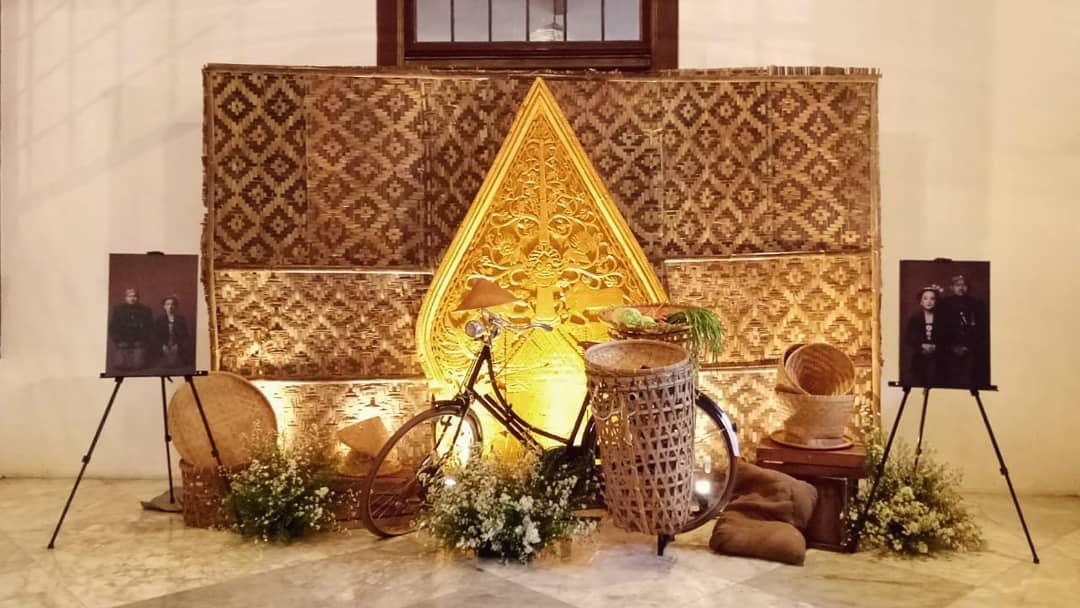 Dekorasi Pelaminan Klasik Dengan Pernak Pernik Wayang
