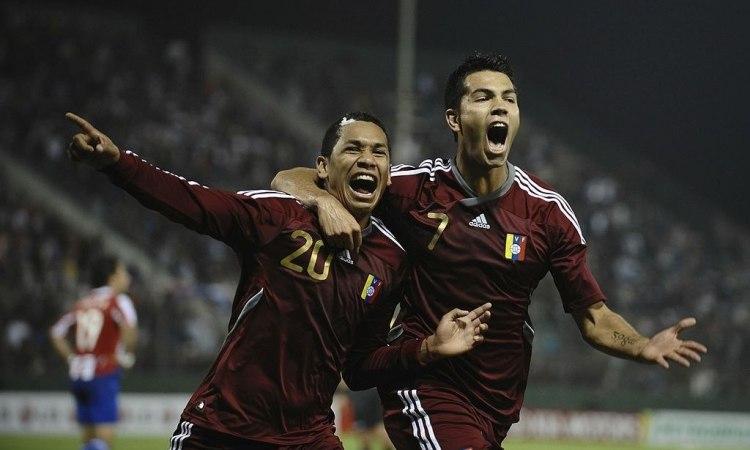 """Grenddy Perozo festeja su gol para el 3-3 contra Paraguay, acompañado de """"Miku"""" Fedor"""