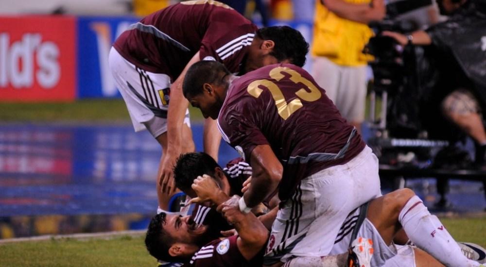 Frank Feltscher celebra su gol ante Colombia en Barranquilla.