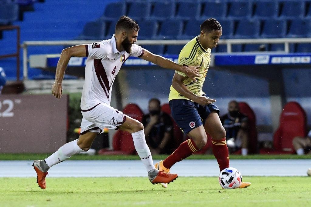 Jhon Chancellor ante Luis Muriel en la jugada del tercer gol.