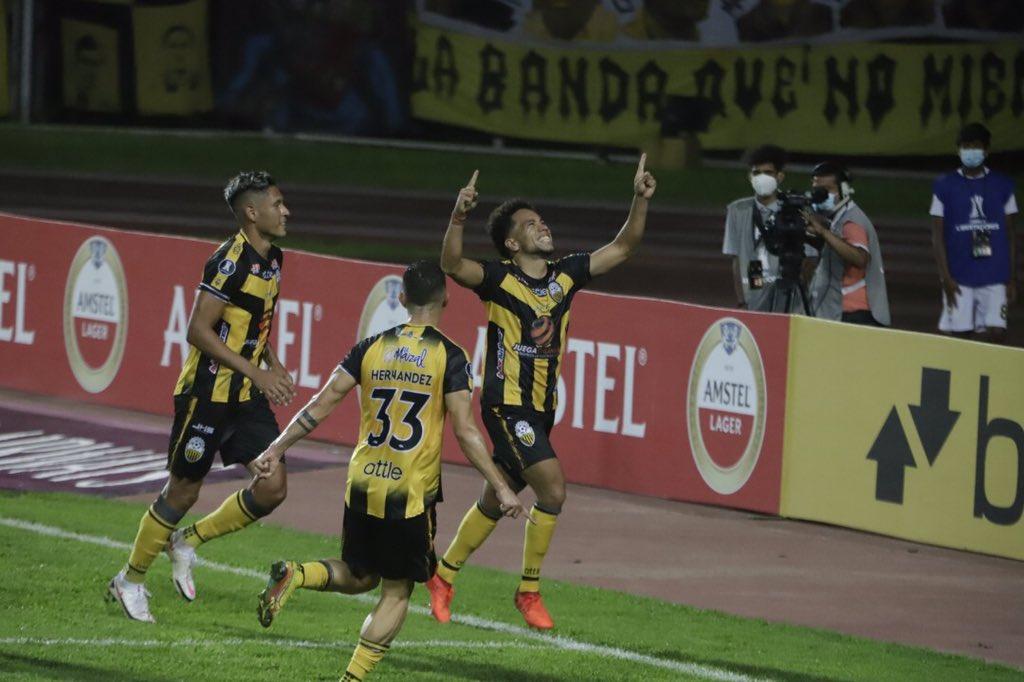 Maurice Cova festeja su gol para la victoria del Táchira sobre Inter