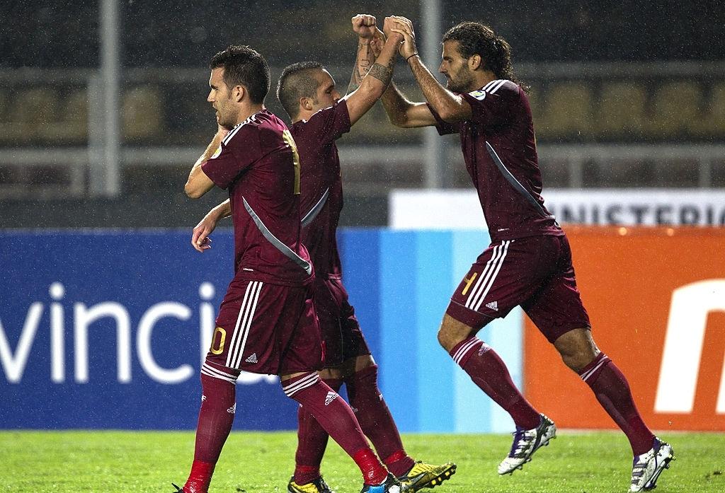 Oswaldo Vizcarrondo celebra su gol para la victoria de Venezuela sobre Bolivia en San Cristóbal