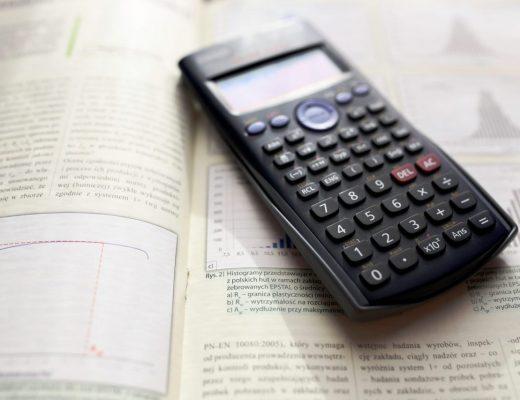 Livro de matemática e calculadora
