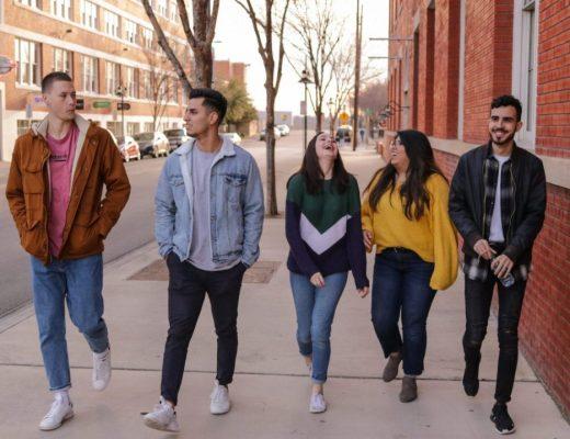 5 jovens desenvolvendo suas habilidades sociais