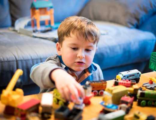 criança brincando com brinquedos de madeira