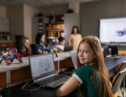 menina em uma sala de aula em frente ao computador