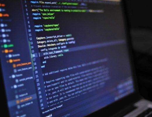 tela de computador com programação em texto
