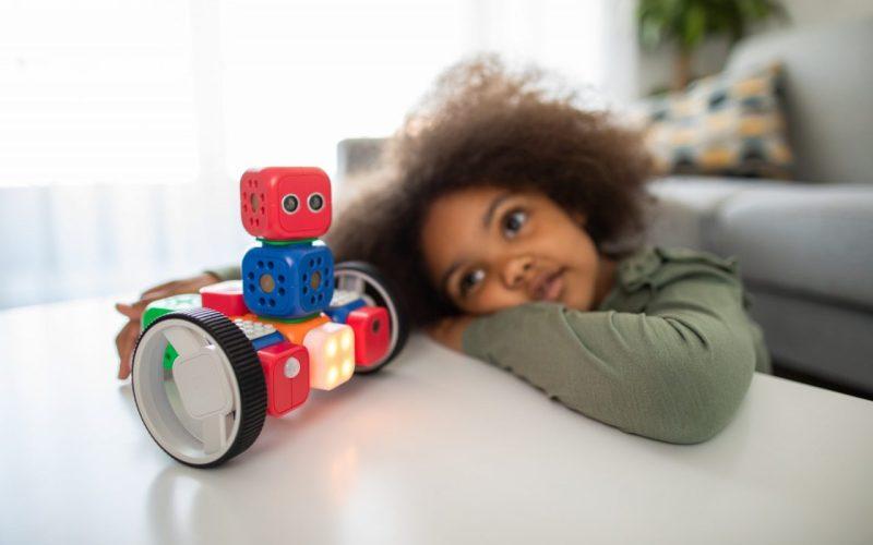 criança com robô