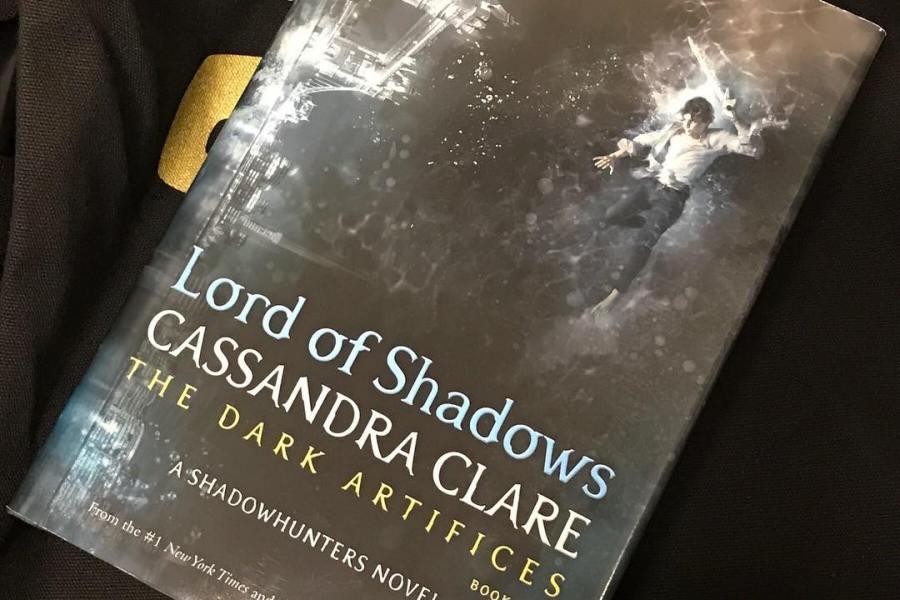 """[ATUALIZADO] Divulgada a capa de """"Lord of Shadows""""!"""