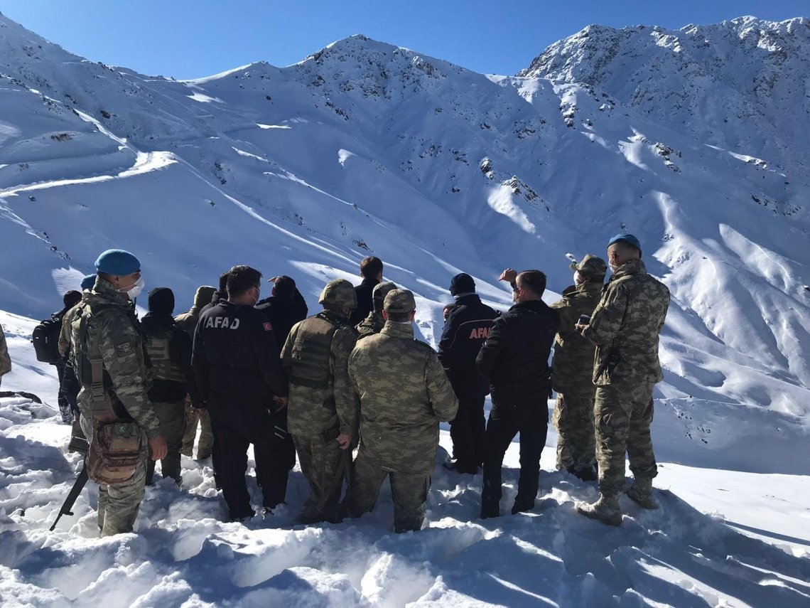 Gendarmerie officers and rescue personnel search for a missing soldier following an avalanche in Hakkari, southeastern Turkey, Dec. 27, 2020. (AA Photo)