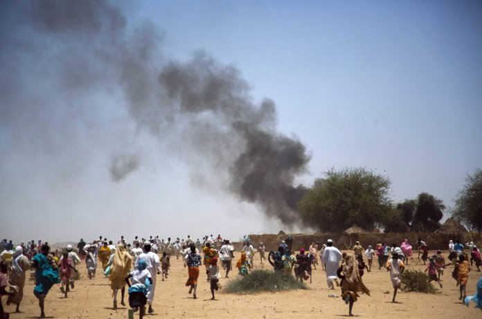 Villagers run away with their belongings from a fire in Kuma Garadayat, a village located in North Darfur, Sudan, May 19, 2011. (Reuters Photo)