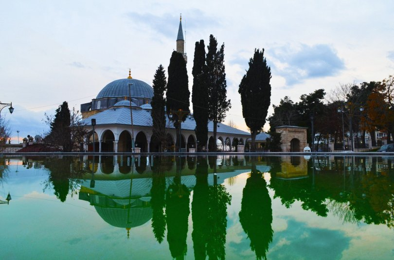 A small pool reflects the view of the famous Old Mosque of Tekirdağ, Turkey. (Shutterstock Photo)