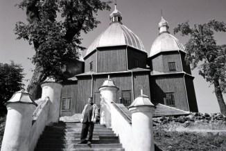 Ks. J.Czaus w trakcie prac porządkowych pod dawną cerkwią w Dłużniowie (2006r.)
