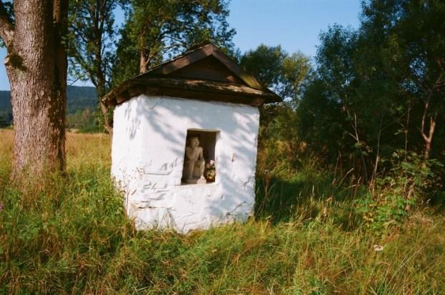 kapliczka przy drodze Regetów-Skwirtne