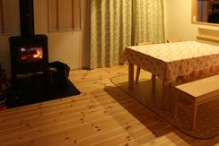 ダイニングテーブル近くに暖かな薪ストーブ