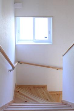 風通し抜群の階段窓、夏でも快適