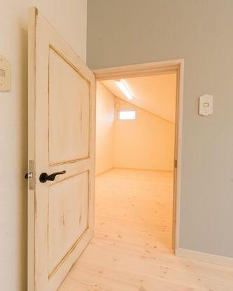 アンティークドアの奥は屋根裏部屋です