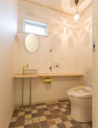 オリジナルカウンターのあるトイレ