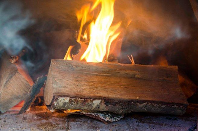 Fyring av bakerovnen krever nesten en hel sekk ved, men det er det vel verdt. Vi fyrte opp ovnen lørdag morgen.