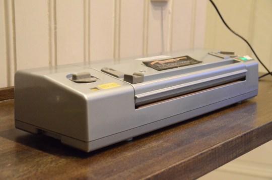 Vakuummaskinen vår er mange år gammel, men fungerer utmerket. Nå kan du få tak i vakuummaskiner i de fleste butikker.