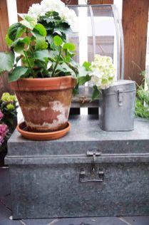 Vi har gått til innkjøp av en kasse i sink som har fått plass på balkongen. Den fungerer som oppbevaring av jordforbedringsmaterialet.