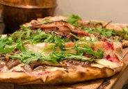Hvit pizza med reinsdyrskjøtt. Oppskrift: http://ienkelhet.com/2015/12/05/rod-nese/