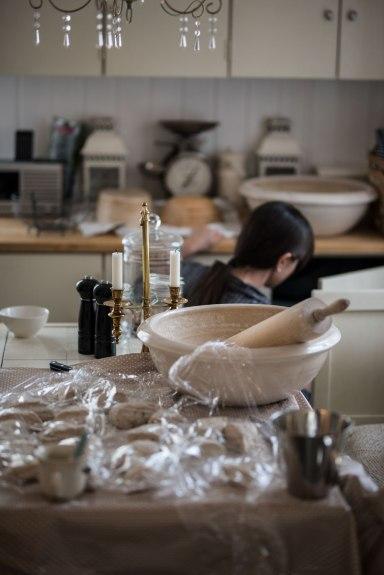 Yeah, it`s messy, but I love it! Det er slik et kjøkken normalt sett blir seende ut etter baking av 10 kilo brød.