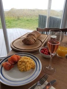 Har man denne utsikten til havet, bør jo én av frokostene være champagnefrokost!