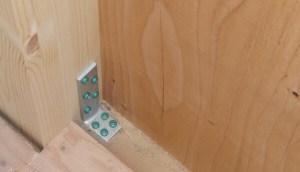 木造在来軸組工法の柱に取り付けられるL字金物