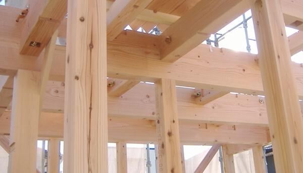 注文住宅ー木造在来工法での建方工事の1階梁施工写真
