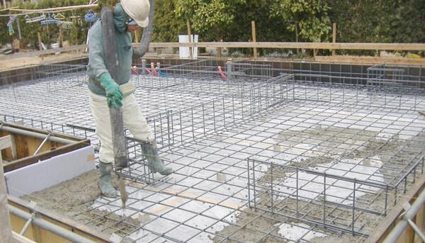 戸建住宅のベタ基礎工事でのベース生コン打設の解説