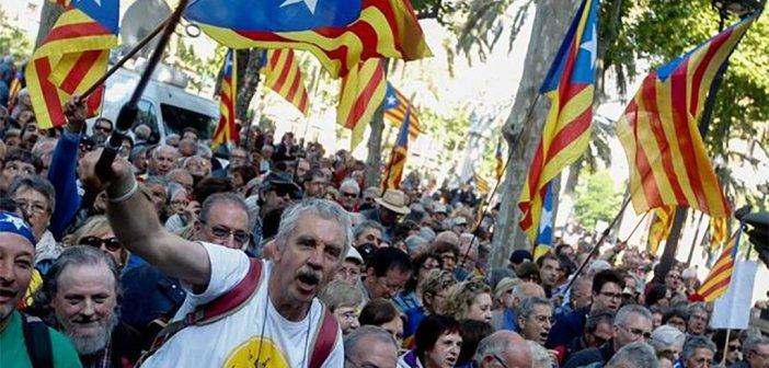 В Каталонии под крики энтузиастов со зданий снимают флаги Испании