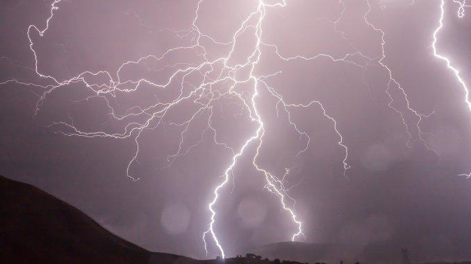 На Канары за понедельник упали сотни молний
