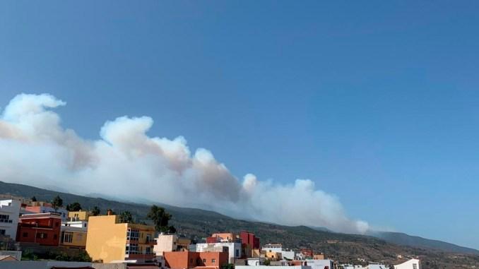 Огонь разбушевался на Тенерифе, подбирается к Национальному парку Тейде