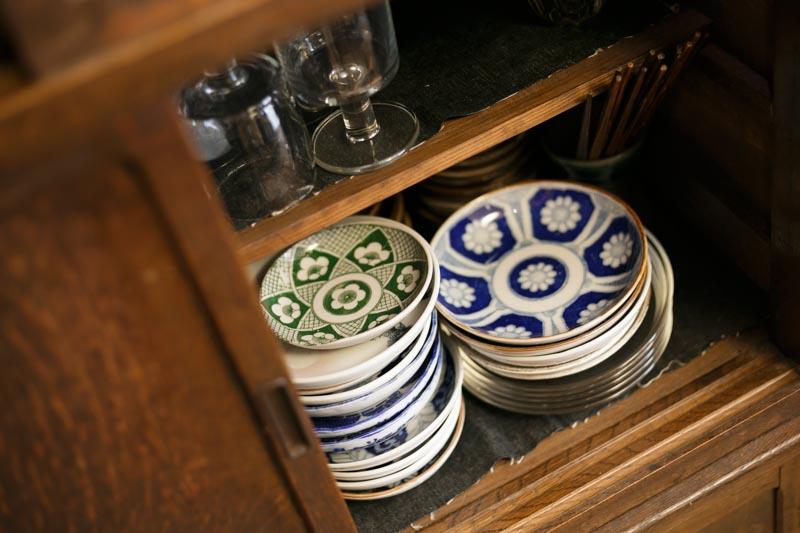 いい風合いの茶箪笥に印判が。千田さんが大学生の頃集めたそうです。