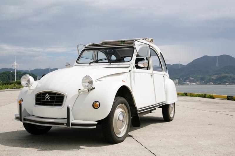 近所の子供たちから「幸せの車」と呼ばれるシトロエン2CV。名車です。