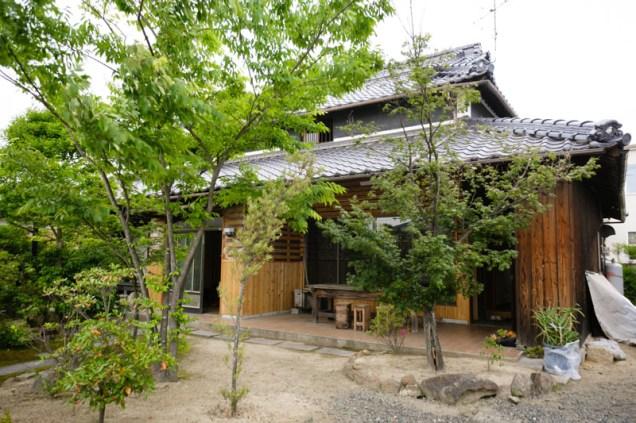 存在感あふれる秋岡邸。右端に写っているのがおそろしく成長したアロエです。