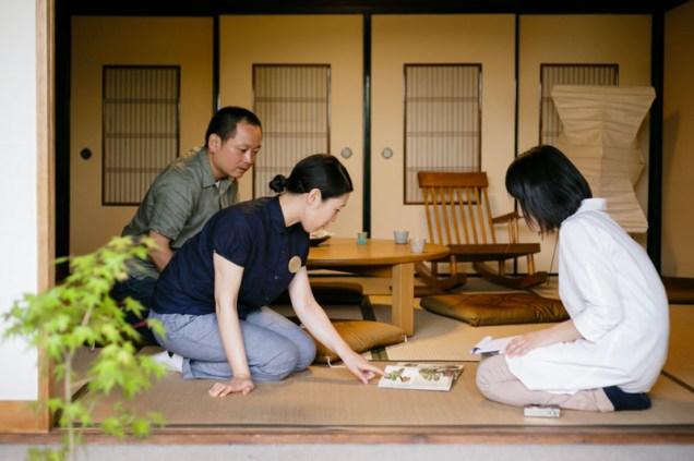 聞き手の松田さん、おふたりから教えてもらい、どんどん盆栽に惹きこまれていきます。