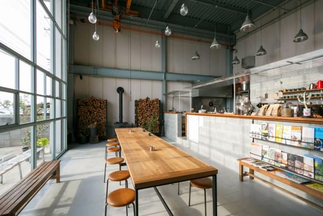 倉庫をリノベーションした店内は、格子窓とブロックによるハード且つ落ち着く雰囲気。